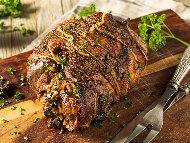 Рецепта Печено агнешко руло от бут пълнено със спанак, гъби, праз лук и бекон на фурна